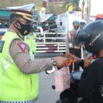 Polisi -Bagikan Ta'jil Ramadhan.jpg