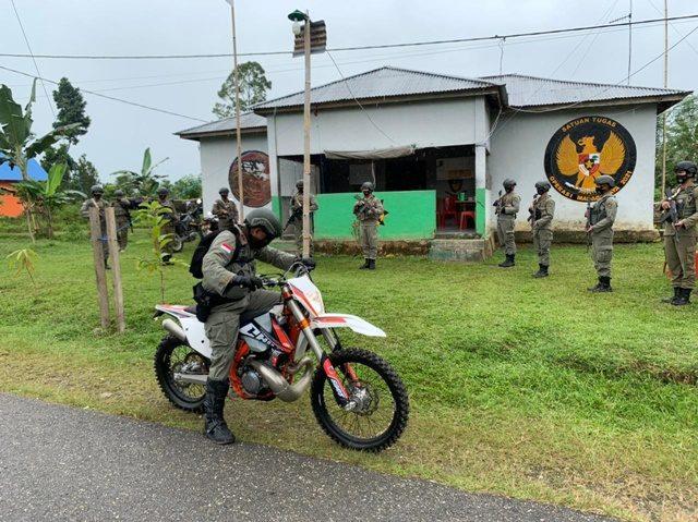 Kunjugi daerah pengamanan rawan, Kapolda sulteng naik motor trail.jpg